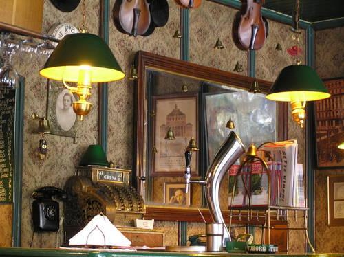 Die Bar mit Spiegeln, Kissen und Postern aufpeppen